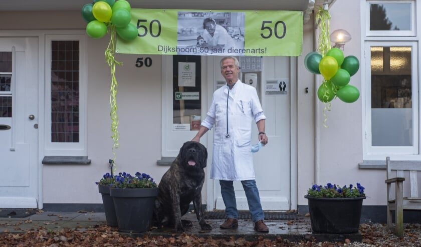 <p>Dierenarts Nico Dijkshoorn werd afgelopen week in het zonnetje vanwege zijn 50-jarig jubileum als dierenarts.</p>