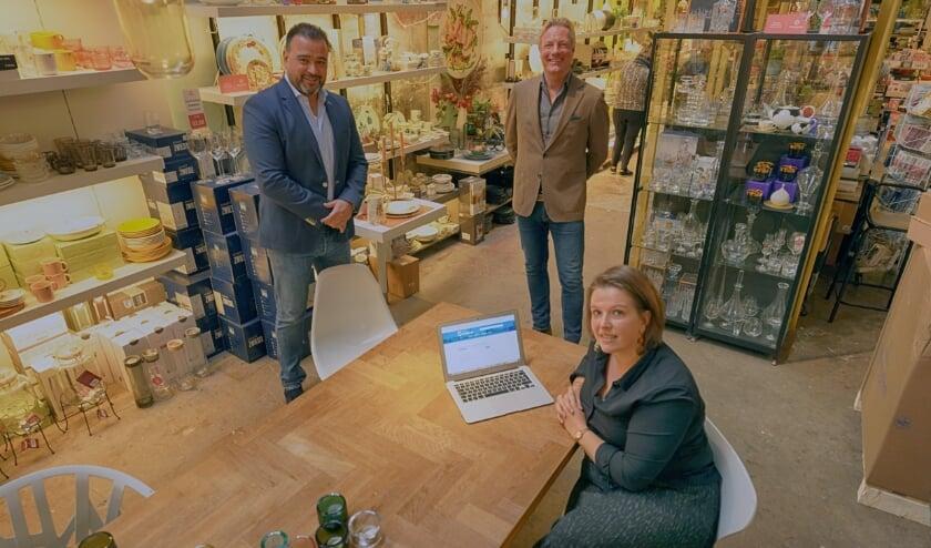 <p>Toni Iniquez (links), wethouder Economische Zaken Jan van Dellen en Anke Pollmann.&nbsp;</p>