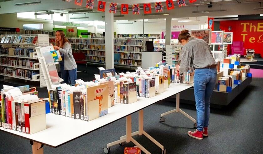 <p>Medewerkers in Nunspeet stellen een pakket samen.</p>