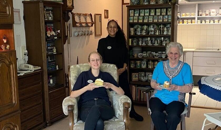 Mevrouw Dupuis met werkbegeleider Tamara Vincent en stagiaire Sanne de Kruif