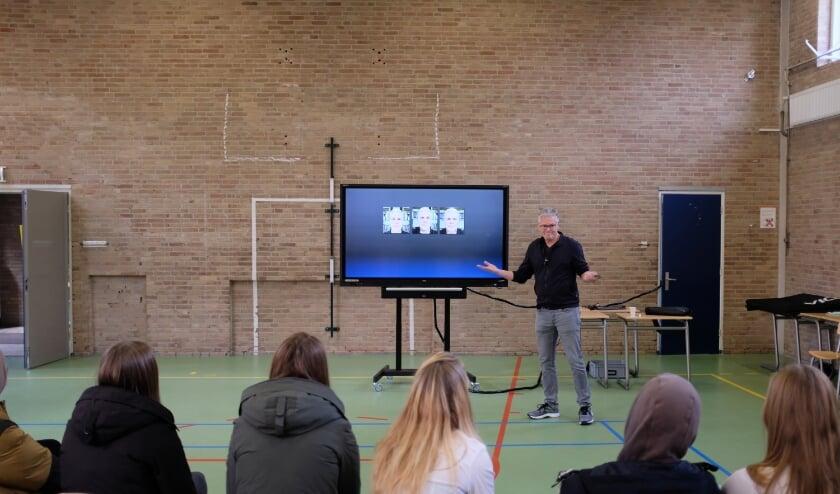 <p>Cabaretier Joep van Deudekom op bezoek bij het St. Bonifatiuscollege. Foto: St. Bonifatiuscollege</p>