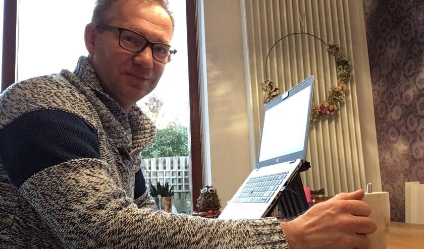 <p>Chris Swaanen thuis in de startblokken achter zijn laptop.&nbsp;</p>