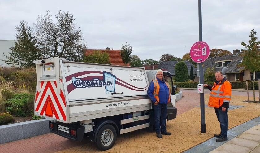 <p>CleanTeam-medewerkers Rijssen-Holten bij de nieuwe GumBuddy.</p>