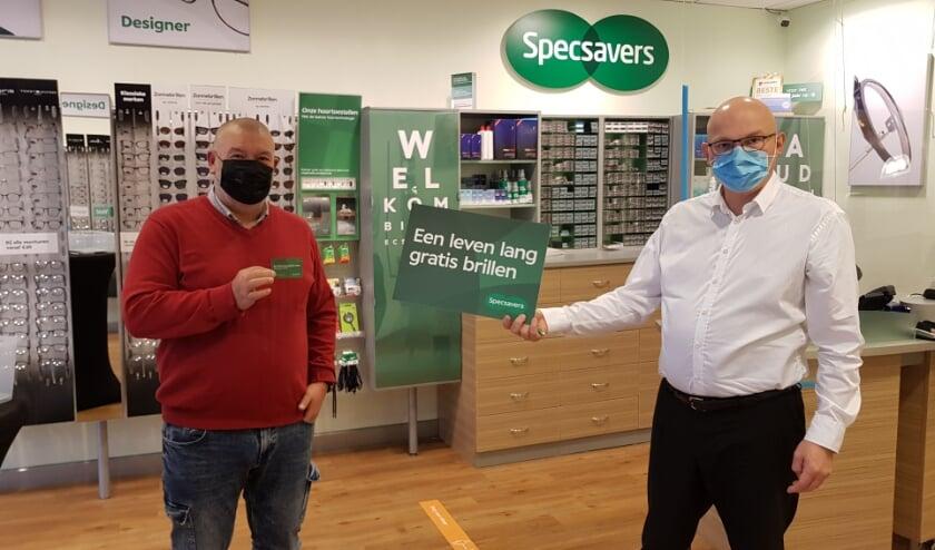 <p>Meneer Van den Berg heeft bij Specsavers Almelo een leven lang gratis brillen gewonnen, (Foto: Specsavers).</p>