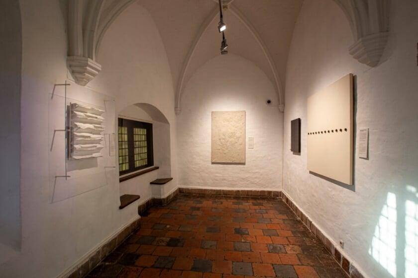 <p>De werken van Jan Schoonhoven en Armando in de nieuwe presentatie &lsquo;Alles is Mooi. Delftse Meesters van de 20ste eeuw&rsquo;. </p>
