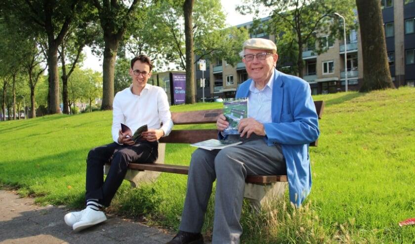 <p>Ook voor Joeri, in september nog op het bankje met Herman Kolkman, zijn de mijmeringen boeiend om te lezen. (Foto: Lysette Verwegen)</p>