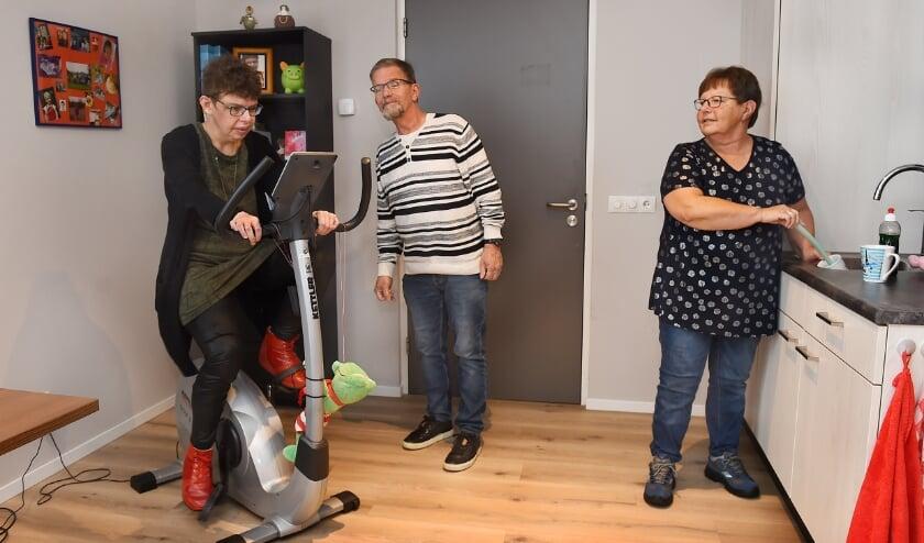 <p>Monique (links) thuis bij Elver, samen met haar vader en moeder, Eddie en Hennie Putman in Doetinchem. (foto Roel Kleinpenning)</p>
