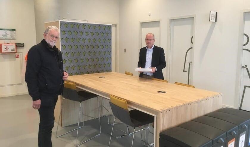 <p>&nbsp;Wethouder Bas van Wakeren neemt deze handtekeningen in ontvangst.</p>