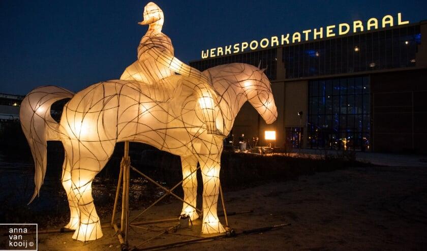 <p>De film toont een schat aan Utrechts talent op het gebied van lichtsculpturen, muziek, theater, circus, vermengd met ontroerende achtergrondverhalen en beelden uit 10 jaar Sint Maarten Parade. Foto: Anna van Kooij</p>