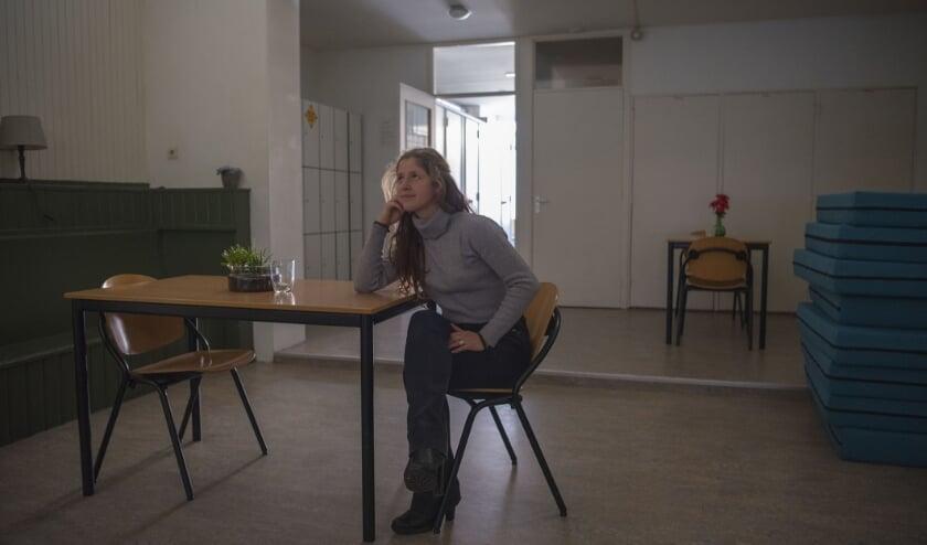 <p>Daphne Peuling in het slaap- eet- en zitgedeelte van het stoelenproject De Duif in Arnhem.</p>