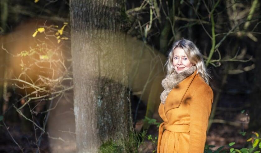 <p>Dichteres, zangeres en theatermaker Monique Huisman is vaak te vinden in de bossen rondom Epe en Heerde om inspiratie op te doen. Veluws Nieuws wandelde een stuk met haar mee en zag hoe dat in z&#39;n werk gaat. Foto: Dennis Dekker, mediamagneet.nl</p>