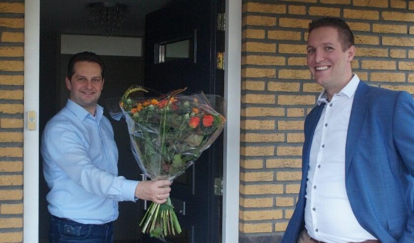 <p>Robert Jan de Leede feliciteert Andr&eacute; Flach namens de plaatselijke SGP-afdeling met zijn vierde plaats op de SGP-kandidatenlijst voor de Tweede Kamerverkiezingen. (Foto: Leo Molendijk)</p>
