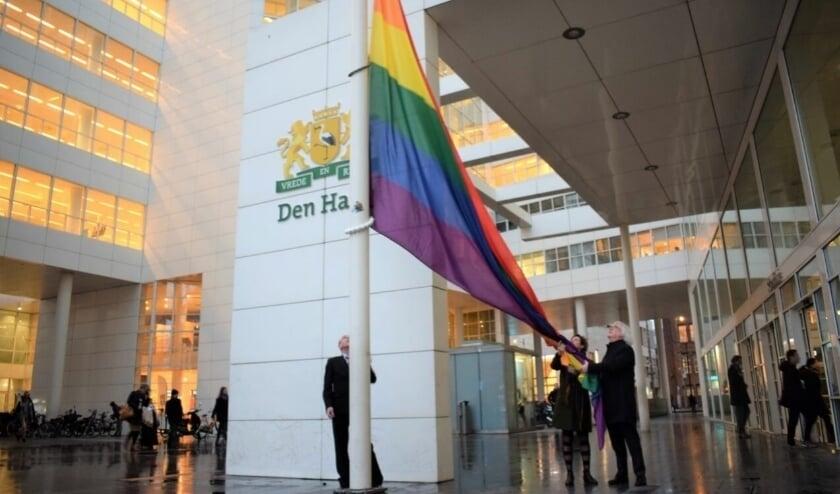 <p>In het kader van de Internationale Dag van Transgendervisibiliteit werd in maart voor het Haagse stadhuis de regenboogvlag gehesen. Dit keer wordt stilgestaan bij geweld tegen transgenders&nbsp;</p>