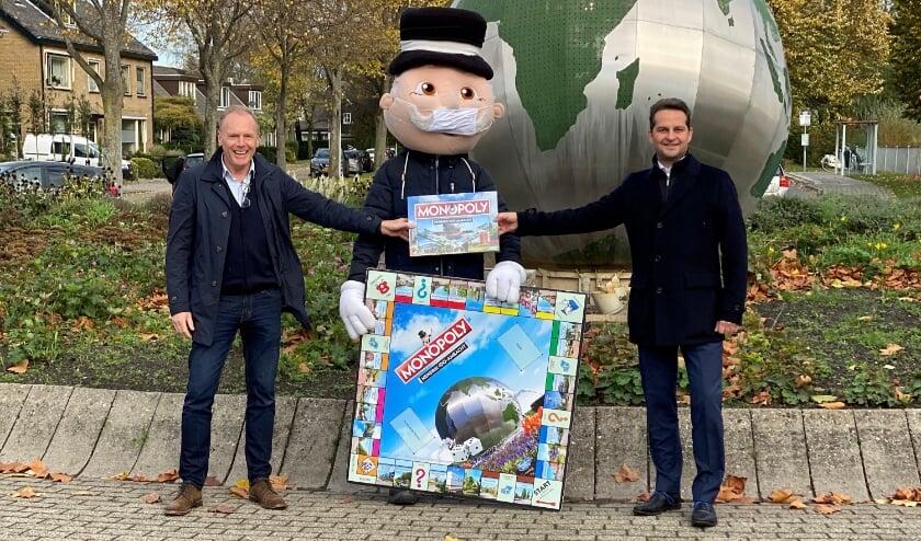 <p>Mr. Monopoly overhandigt het allereerste exemplaar van Monopoly Hendrik-Ido-Ambacht aan Alfred Koehoorn van Pluen aan Andr&eacute; Flach, wethouder van financi&euml;n en economie.</p>
