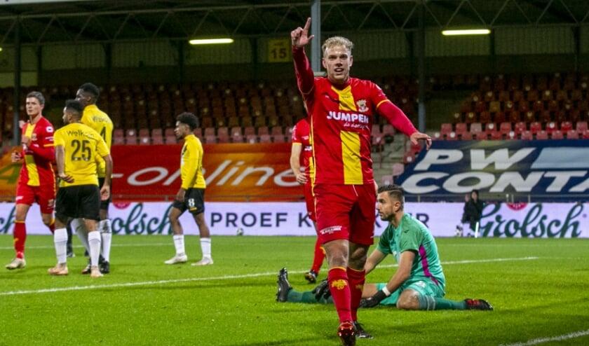 <p>Luuk Brouwers viert in de bekerwedstrijd tegen NAC Breda (6-0 zege) het doelpunt dat hij voor Go Ahead Eagles op het scorebord heeft gezet. &#39;Ik voel me thuis in Deventer.&#39; (Foto: Erik Pasman)</p>