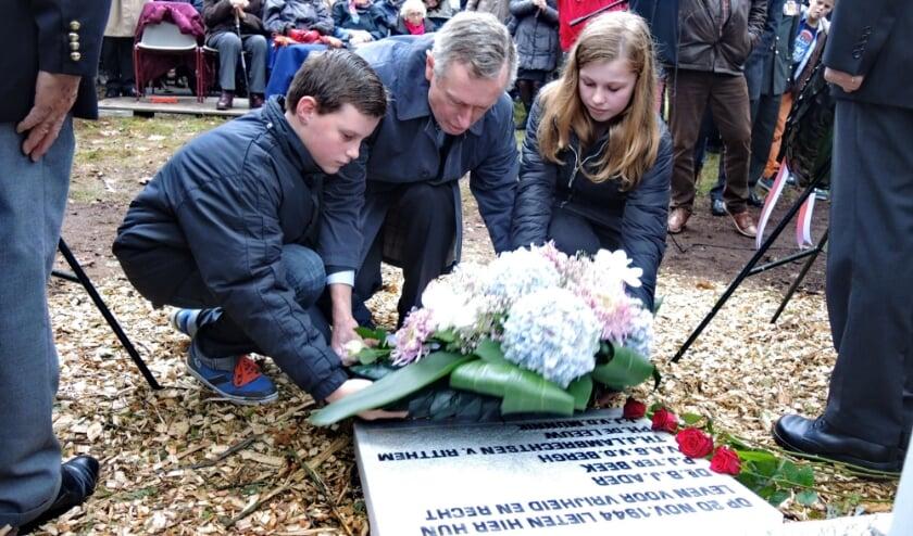 <p>Herdenking bij het kruis op de Berg, 2014 met Erik Ader, de zoon van dominee Ader die hier gefusilleerd werd. (Archieffoto: Nico van Ginkel)</p>