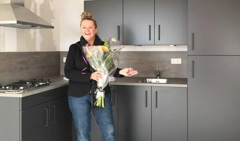 <p>Huurster Armanda van Dissel toont de sleutel van haar nieuwe appartement. (eigen foto)</p>