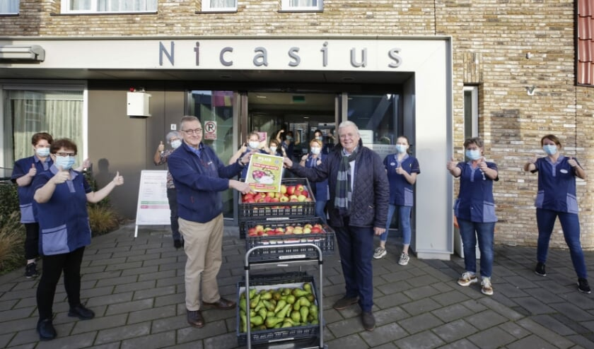 <p>Coen Itz en Thom van Grootel krijgen een warm ontvangst van het personeel van zorgcentrum Nicasius. (Foto: Jurgen van Hoof)&nbsp;</p>