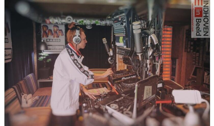 <p>Een DJ draait haar platen tijdens een radio-uitzending van Rararadio, een Eindhovens online radiostation. (Foto: Frans van Beers, Eindhoven in Beeld).</p>
