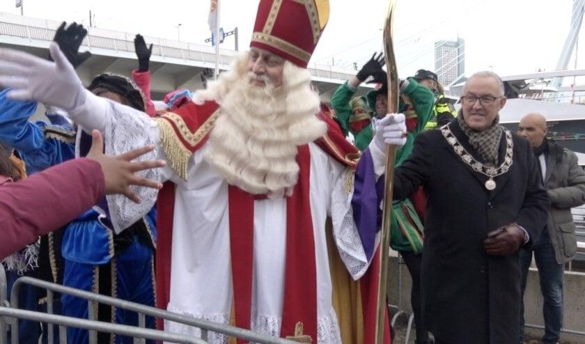 <p>De aankomst van de Sint vorig jaar, welkom geheten door burgemeester Aboutaleb. Dit jaar was Sinterklaas extra voorzichtig vanwege het coronavirus en was er geen grootschalige intocht.</p>