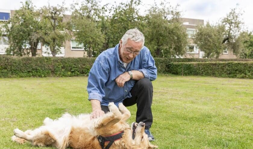 <p>Baasjes zoeken vaak een vertrouwde oppas voor hun hond. Senioren willen graag de gezelligheid van een dier maar niet de continue zorg. (Foto: Stichting Oopoeh / Bram Kloos)</p>