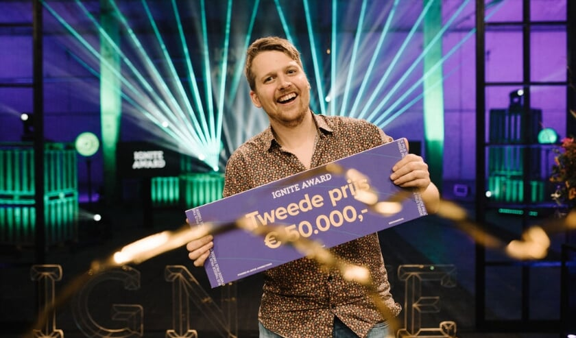 <p>Taru van den Born&nbsp; met zijn prijs.</p>