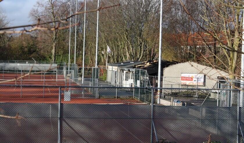 <p>Bluswater, roet en een grote puinhoop van wat het clubgebouw van TV De Doelen was. Meer is er na de allesverwoestende brand niet over.</p>