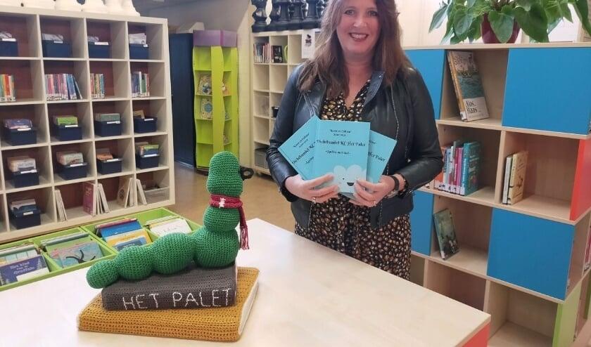 Directeur Annemieke Weijsters is trots op de gedichtenbundel die de kinderen hebben gemaakt.