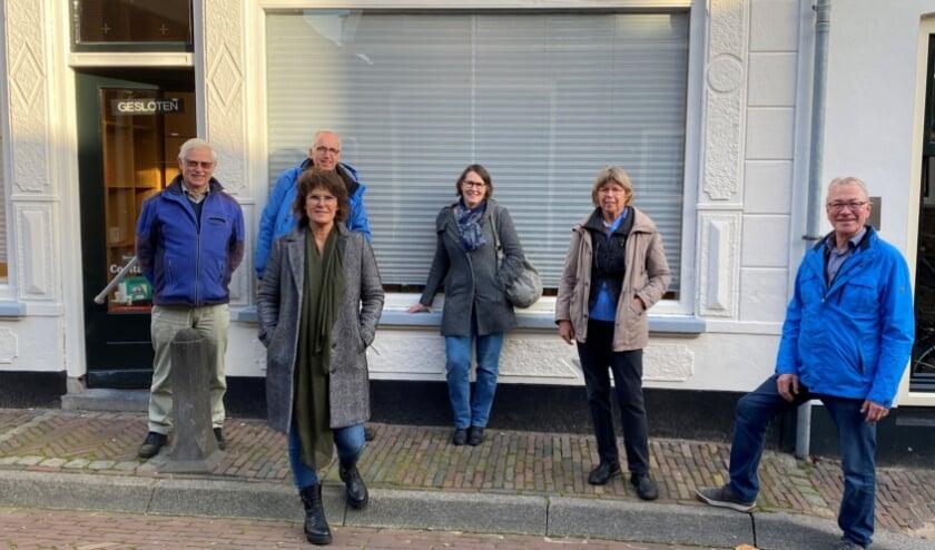 <p>Een bijna compleet VOL-bestuur. blij verrast met de kans om midden tussen plaatselijke monumenten een aanspreekpunt en expositieruimte te kunnen inrichten. (Foto: Vereniging Oud-Linschoten)</p>