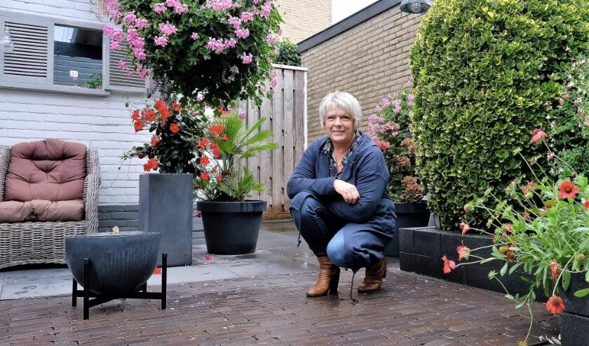 <p>Coby van de Groep-van den Brink zit even niet op de weg, maar geniet van haar fraaie achtertuin. (Foto: Jan van den Brink)&nbsp;</p>