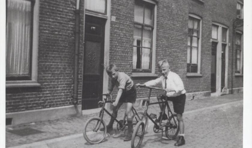<p>Henk van der Beek (rechts) met zijn broer Wim op de huurfietsen.</p>