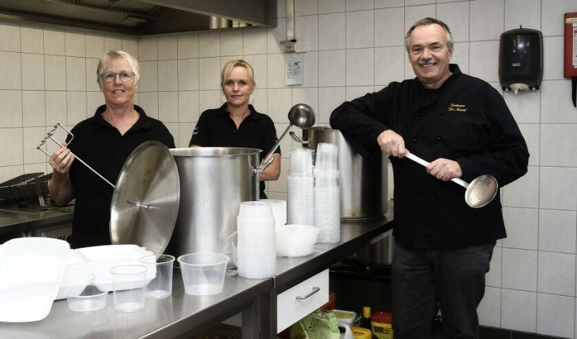<p>Berna (links), Brigitte en Rene staan klaar in de keuken van Dorpshuis De Meent om onder meer erwtensoep te bereiden. (foto: Ab Hendriks</p>
