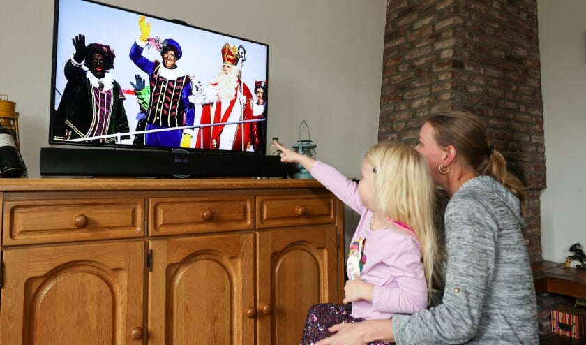<p>&ldquo;Ik kijk gewoon naar de tv, heb ik vorig jaar ook gedaan want niet iedereen kan bij de intocht zijn van de stoomboot.&quot; FOTO: Bert Jansen.</p>