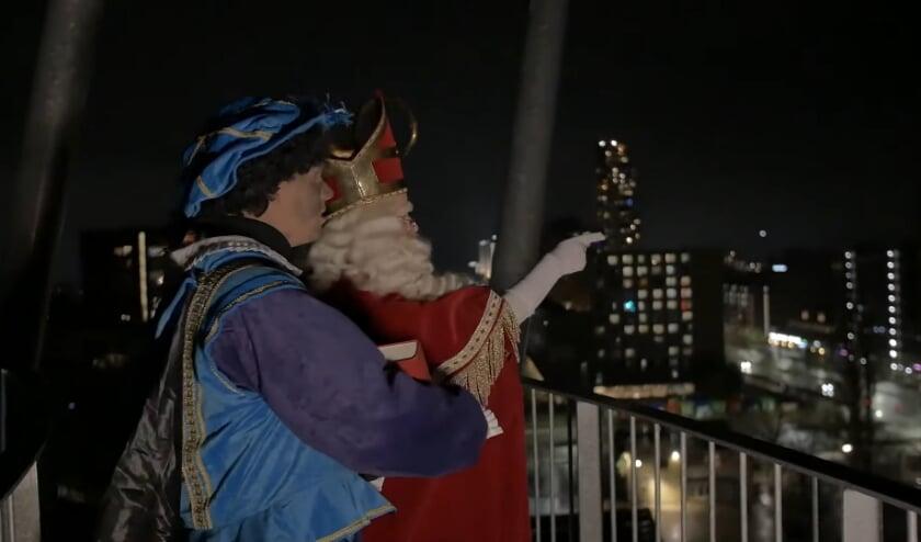 <p>Vanaf de Kempentoren inspecteert Sinterklaas de daken van Tilburg.&nbsp;</p>