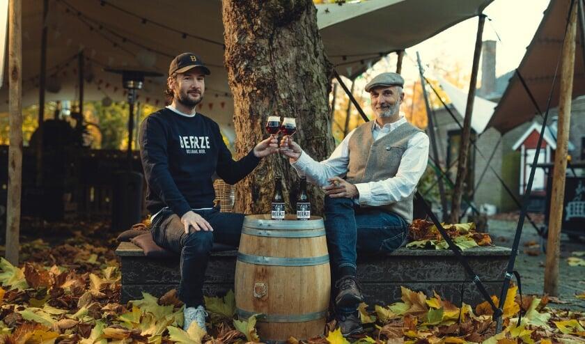 <p>Ivo (r) en Jasper proosten met de winnaar van de gouden medaille, de Beerze Noble. Foto: Gijs Spierings</p>