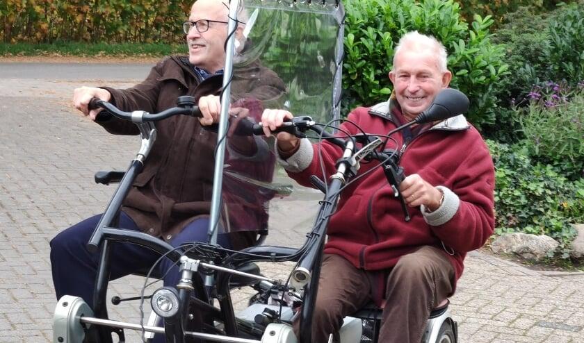 Jan Nieuwenhuis op de heer De Hart op de duofiets met de heer