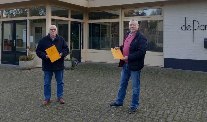 <p>Penningmeester Krijn Damsma en voorzitter Goos Cardol voor Dorpshuis de Parel.</p>