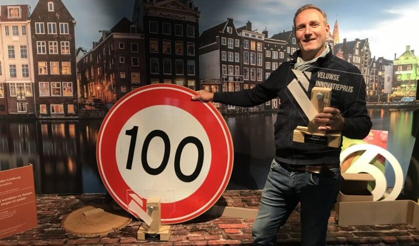 <p>Trotse winnaar van de Veluwse Innovatieprijs 2020 Rolf Lebbink met het rijstvlies verkeersbord van Textline.(foto: Marco Jansen)</p>