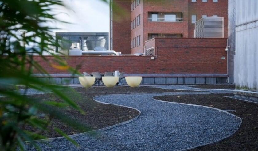 <p>Op de vierde verdieping van het pand aan het Koningsplein in Enschede is onlangs een zogenaamd omkeerdak van 1500 m2 gerealiseerd.</p>