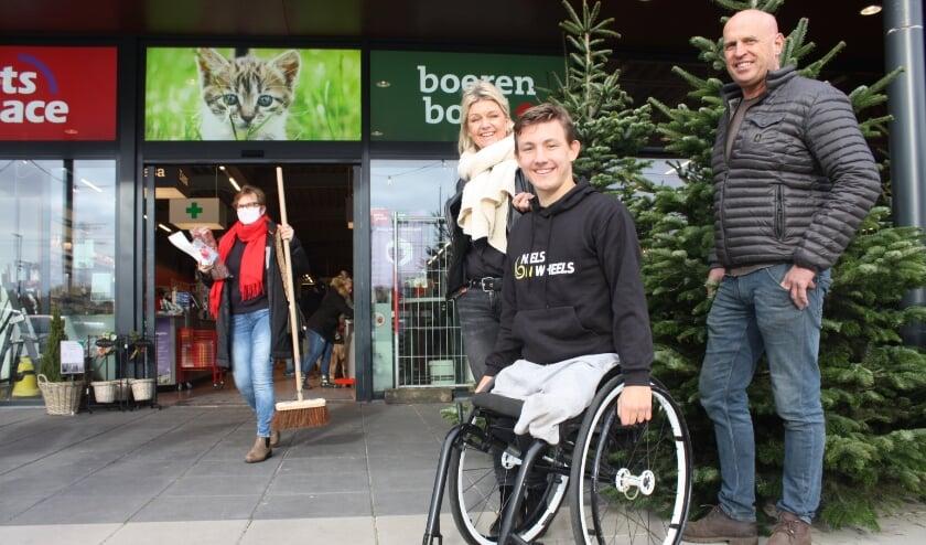 <p>Niels Vink, geflankeerd door moeder Nicole en kerstboomverkoper John van Hout.&nbsp;</p>