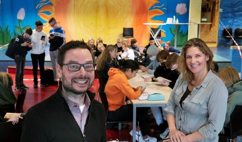 <p>Marieke Coumans en Joost Matthys van het team dat het Brugjaar Jan Ligthartop het Oosterlicht College in Nieuwegein voorbereidt. Foto: William Hoogteyling</p><p><br></p>