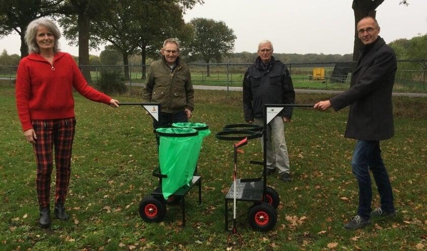 <p>Foto-onderschrift: De ambassadeurs Piet Michels en Arie van den Hout van RoDeHo (midden) presenteerden onlangs de zwerfafvalkarren aan Gerrie Willems, ledenraadslid van de Rabobank (links) en wethouder Peter van de Noort (rechts). </p>