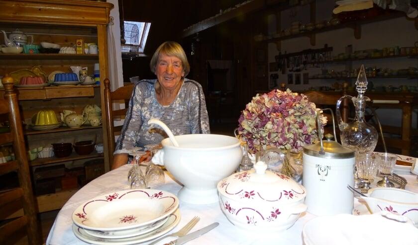 <p>Trijnie Maaijen heeft op zolder een soort museum ingericht van alles wat ze verzamelt, want ze is een groot liefhebber van rommelmarkten. Foto: Margreet Nagtegaal</p>