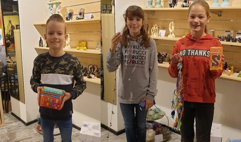 De winnaars Jesper, Vera en Saartje hebben hun cadeaubon meteen omgezet in iets moois en lekkers.