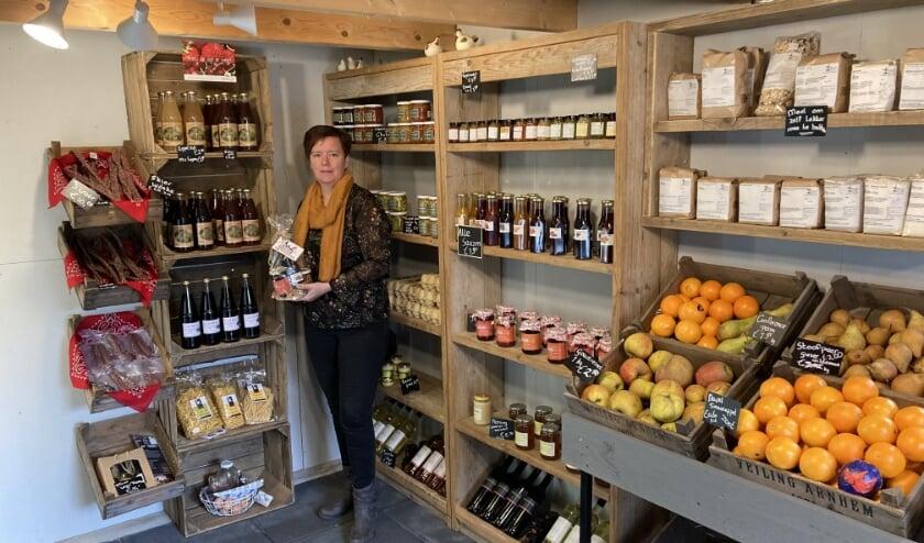<p>Petra van der Aa in haar boerderijwinkel. (eigen foto)</p>