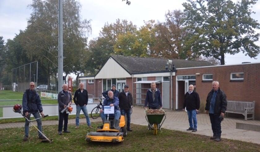 <p>De donatie van &euro; 750,00 heeft voetbalvereniging vv Montferland gebruikt om een zitmaaier aan te schaffen. (foto: PR)</p>