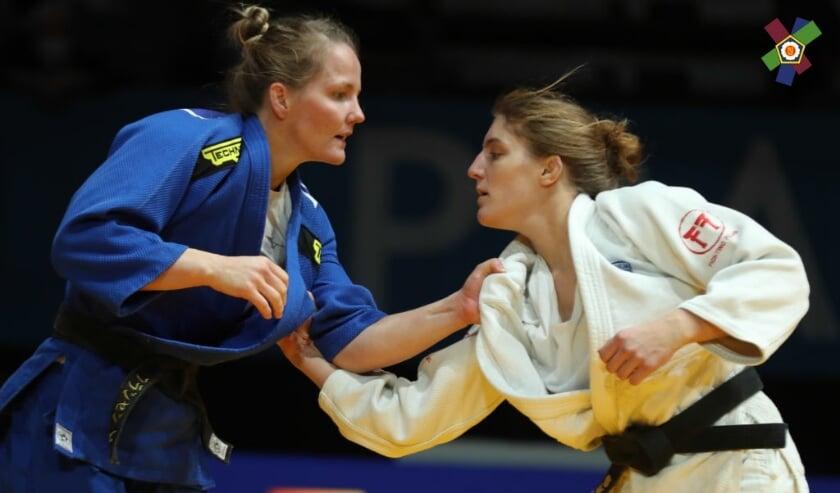 <p>In de partij om het brons verslaat Juul Franssen (links) Andreja Leski in de golden score op ippon. (Foto: Carlos Ferreira/European Judo Union)</p>