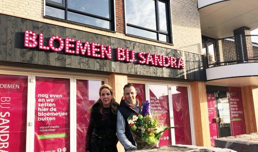 Sandra Evers en Jos Kuipers voor hun nieuwe bloemenwinkel in de Dorpsstraat. (Eigen foto)