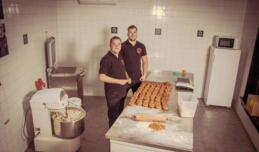 <p>Gijs Ruhof en Anthony van Duiven bij Vondelkoeken.</p>