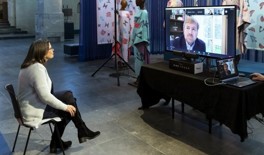 <p>Directeur Museum Arnhem, Saskia Bak, in gesprek met Koning Willem-Alexander.</p>